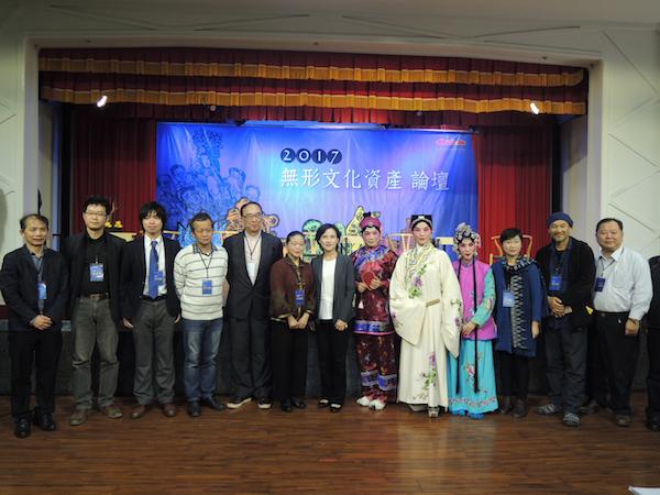 文化部長鄭麗君(左7)23日到台中文化創意產業園區出席「2017無形文化資產論壇」,和與談專家學者及演出者合影。