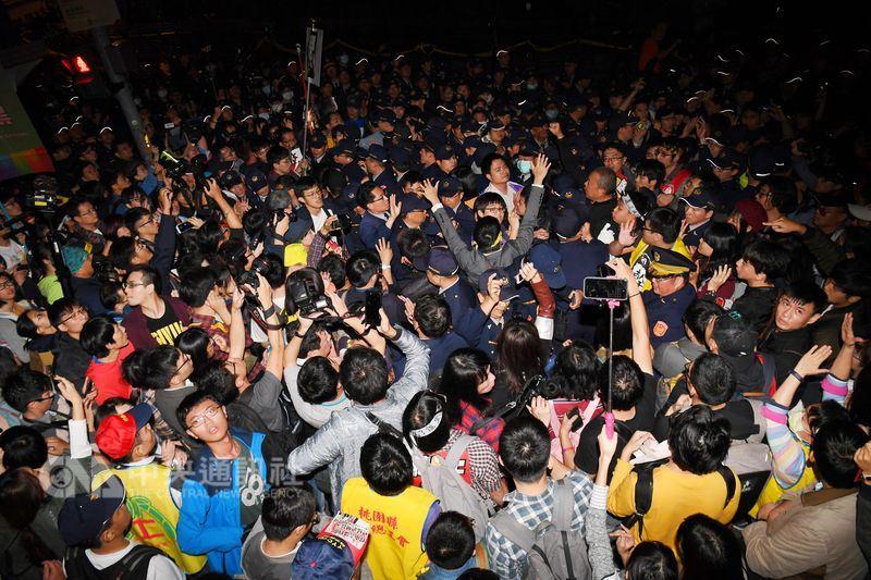 勞團遊行逾時未解散 零星推擠衝政院