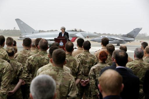 圖為英國首相梅伊,日前赴地中海東部的賽普勒斯,慰勞當地英國駐軍。美聯社