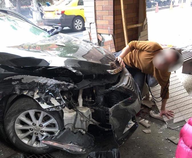 American English teacher's legs crushed by careening car