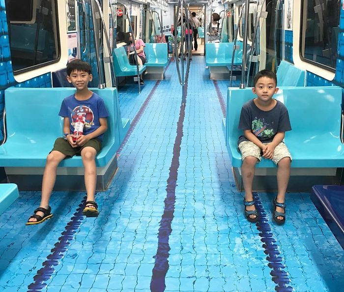 Kids on MRT train decorated for Universiade. (Instagram user didiforu)