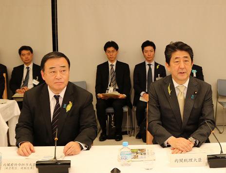 日本首相安倍晉三(右)出席國家戦略特別區域諮問會議(圖片來源:日本内閣府官網)