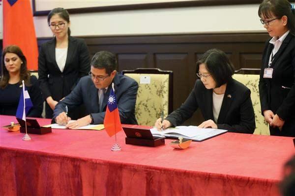 蔡英文總統與宏都拉斯共和國葉南德茲總統於10月簽署聯合聲明。 (總統府官方網站)