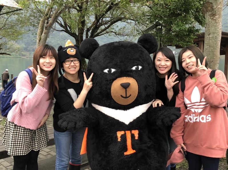 喔熊與團員攝於梅花湖