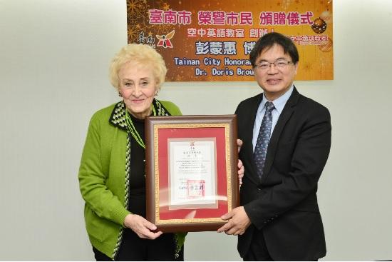 台南市代理市長李孟諺(右),27日在市政會議頒發榮譽市民獎狀給彭蒙惠(左)。中央社