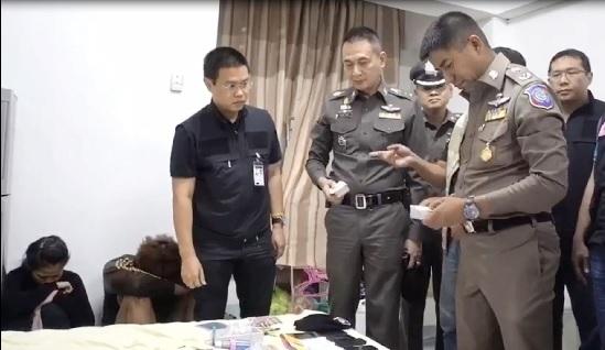 圖為泰國警方日前在曼谷逮捕台籍男子(左2蹲坐掩面者),懷疑其涉及電信詐騙。中央社
