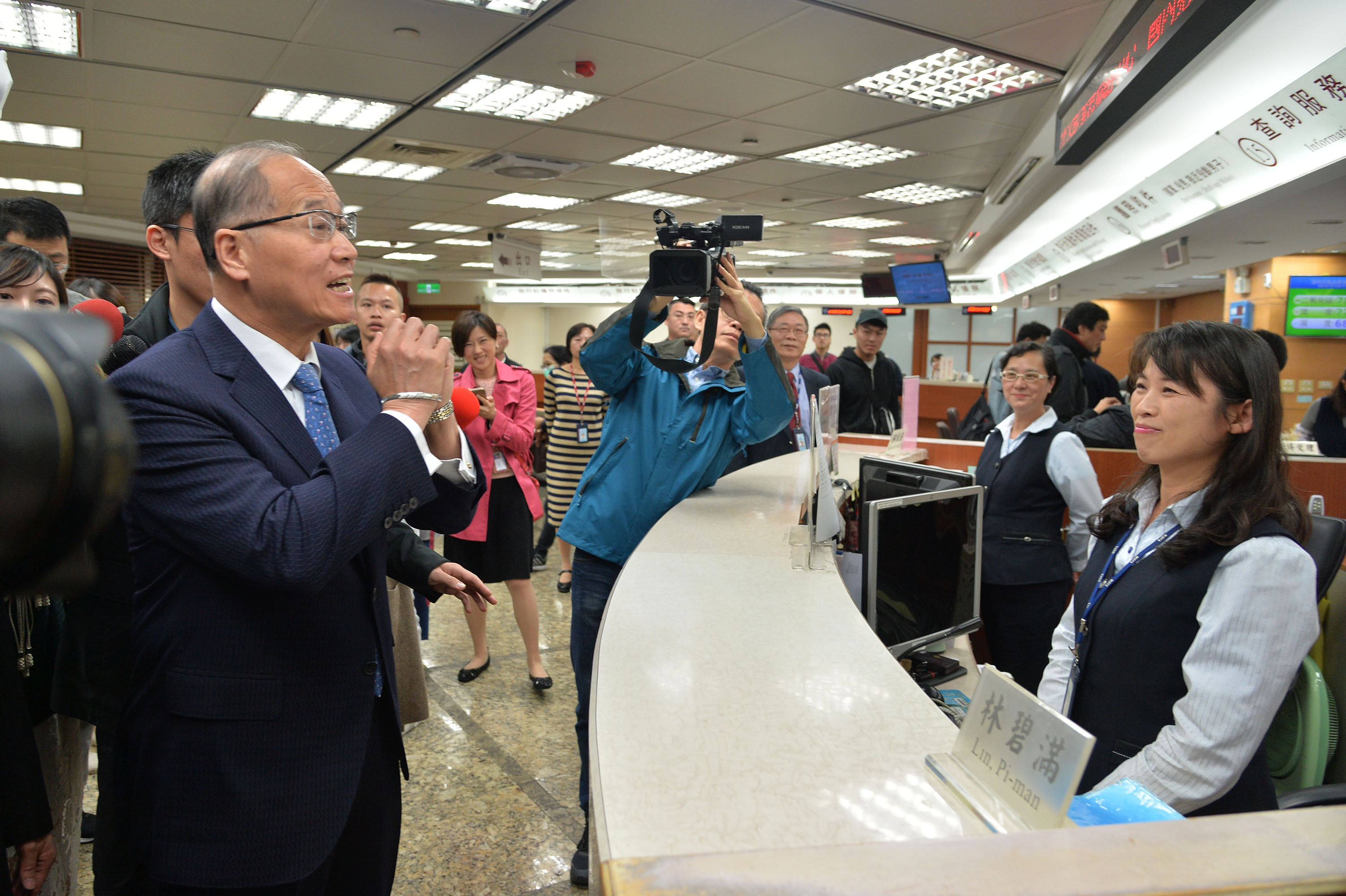 Foreign Minister David Lee visited the Bureau of Consular Affairs Friday morning.