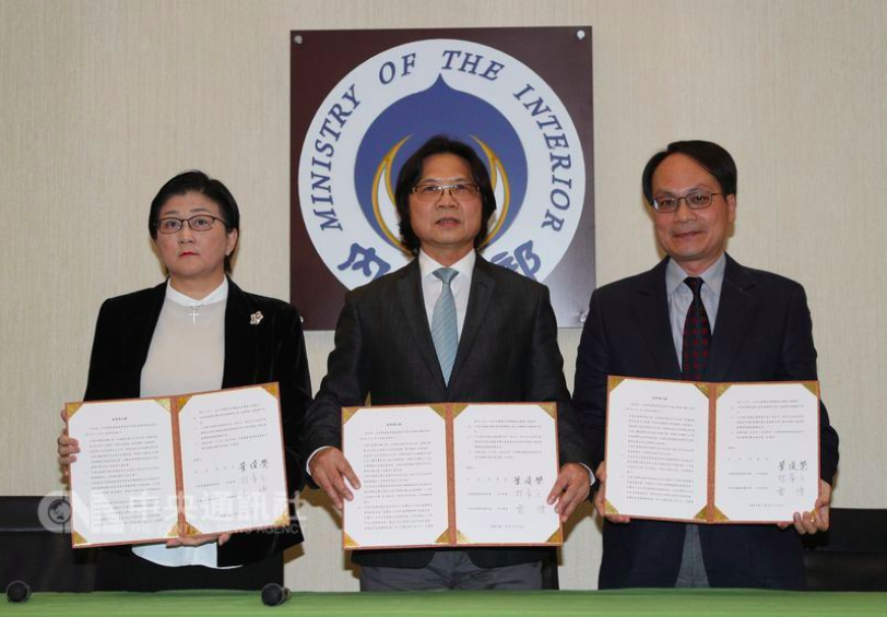Women's League chair Lei, Interior Minister Yeh and Ill-gotten Assets Committee chair Lin (from left to right) with MOU.