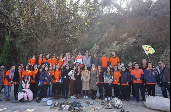 圖為27日中國企業員工參加金門漁村巡禮,體驗古寧頭北山海岸淨灘。中央社