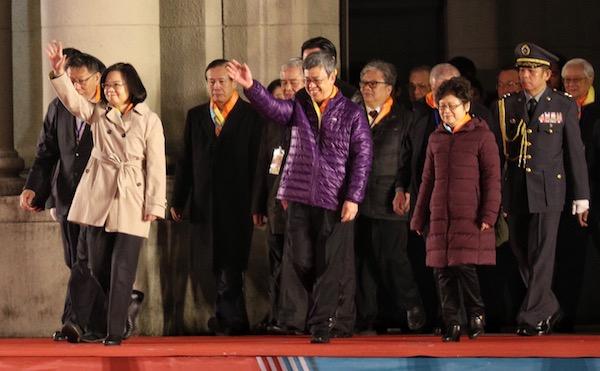 總統蔡英文(前左)、副總統陳建仁(前中)1日在總統府前出席107年元旦總統府升旗典禮,蔡總統與民眾揮手致意。