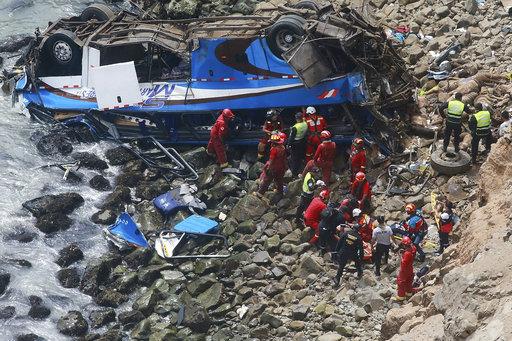 當地時間2日一輛巴士行經一處俗稱「魔鬼彎」的公路時,不慎從懸崖峭壁上翻覆,墜落岩岸沙灘,造成至少46人死亡。(圖片來源:AP)