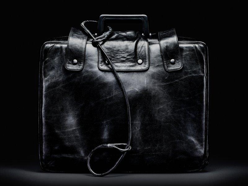 現今美國總統隨行軍官手提的核按鈕手提箱。(維基百科)