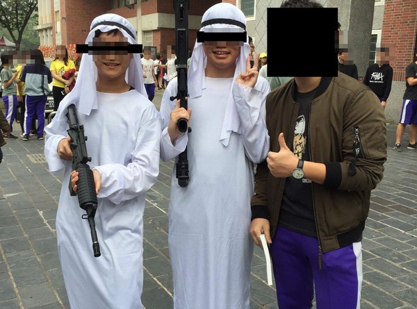 Taiwanese students dressed as Arabs. (Image from PTT)