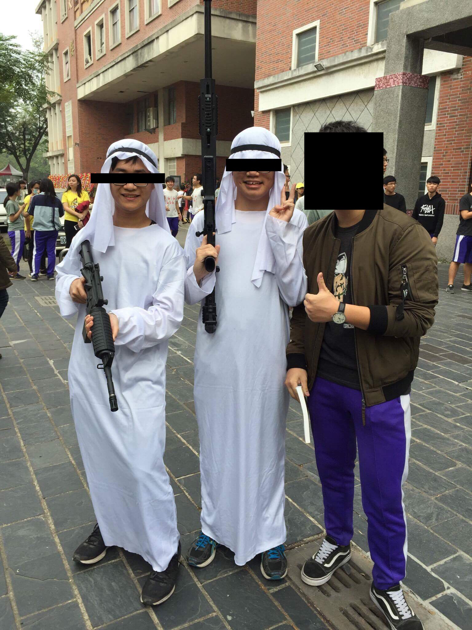 Kaohsiung high school students seen dressed as Arabs carrying machine guns