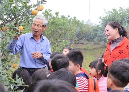 斗六市長謝淑亞(右)4日帶領市立幼兒園小朋友,進行戶外食農教育。中央社