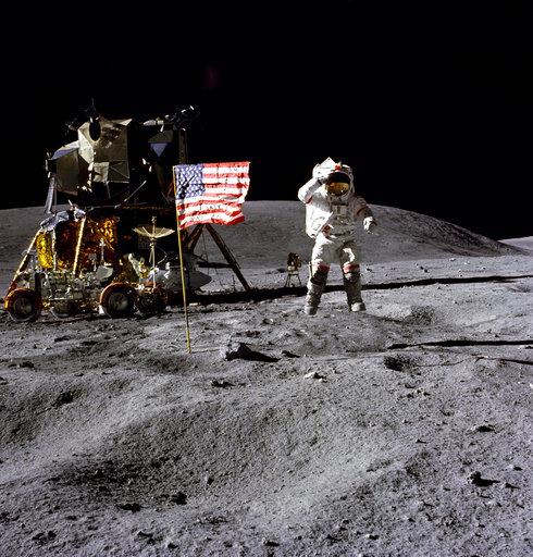 登上月球漫步的美國傳奇太空人楊恩(John Young)於5日晚辭世,享壽87歲。(圖片來源:AP)