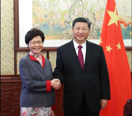右為中國國家主席習近平,左為香港特首林鄭月娥 。美聯社