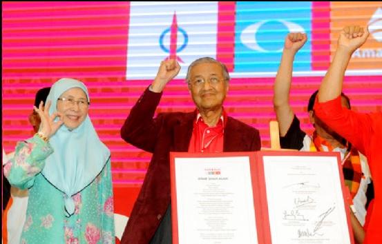 馬哈地(中)與安華的妻子旺阿芝莎(左) ,昨分別被馬國在野陣營推舉為總理和副總理候選人。美聯社