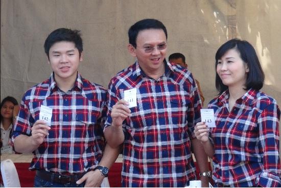 在獄中服刑的雅加達前省長鍾萬學(中),近日向法院申請與妻子林雪莉(右)離婚。中央社