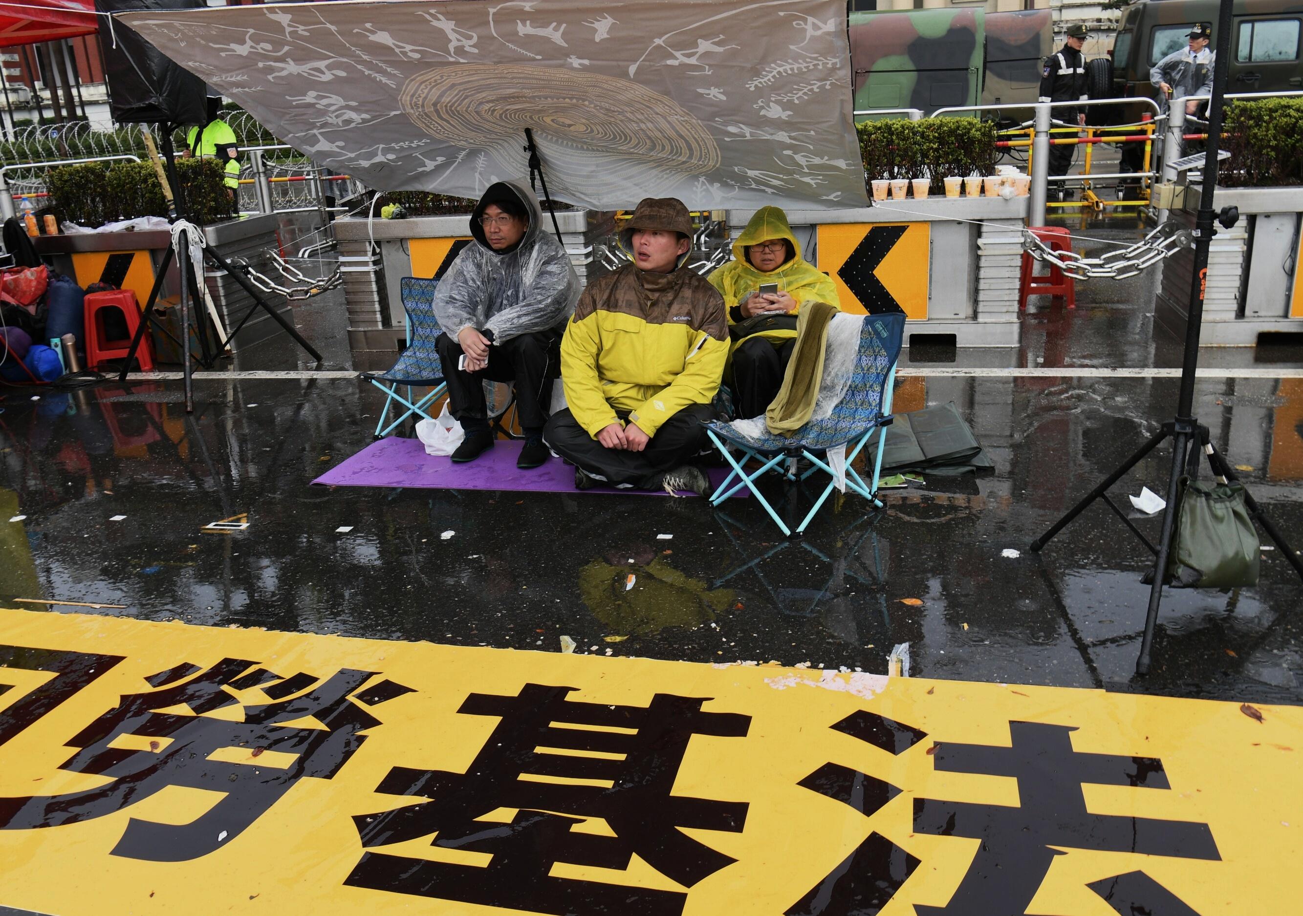 2018.01.09 時代力量黃國昌在凱道前抗議勞基法,是希望喚回蔡總統曾經許下的承諾。