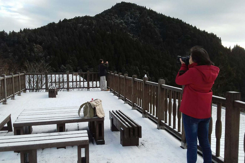受到寒流影響,太平山國家森林遊樂區10日積雪約1公分。住宿的遊客一大早起床,見到山頭白成一片,開心迎接北國景色。 (林務局羅東林管處提供)