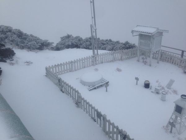 Snowfall on Yushan Weather Station. (CWB image)