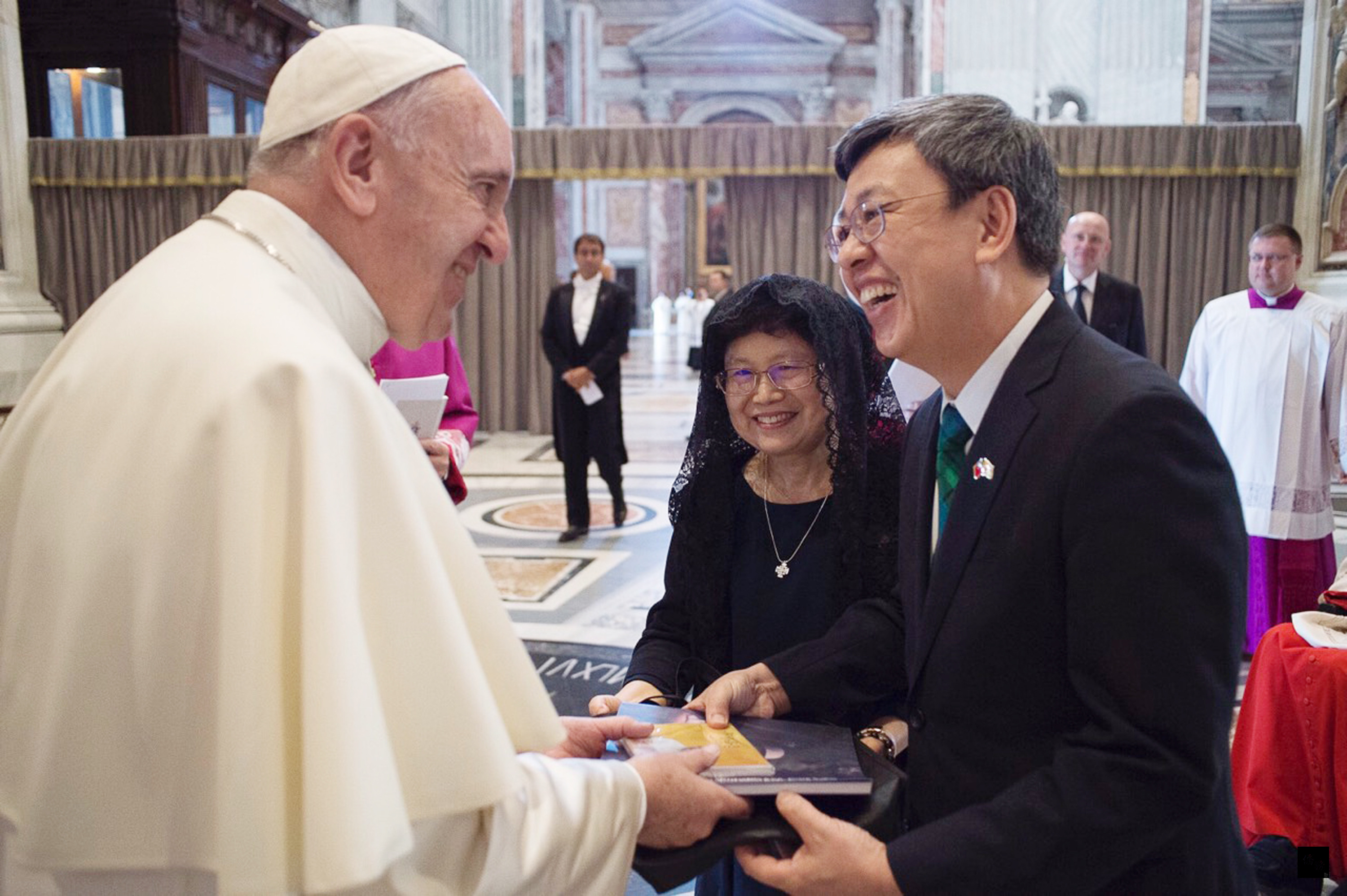Vice President Chen Chien-jen (right) with Pope Francis at the Vatican in 2016.