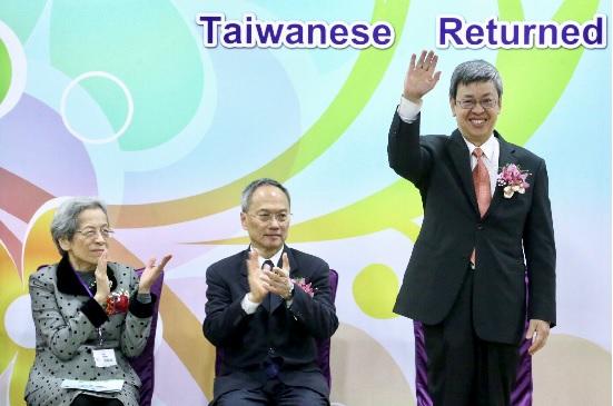 圖為副總統陳建仁(右),6日在台大醫院國際會議中心,出席中華民國台灣歸僑協會成立大會。中央社