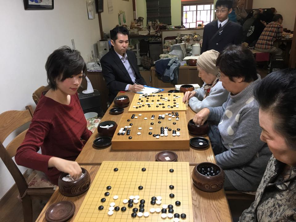 Hsieh Yimin (left) in action (photo from Hsieh Yimin's Facebook page).