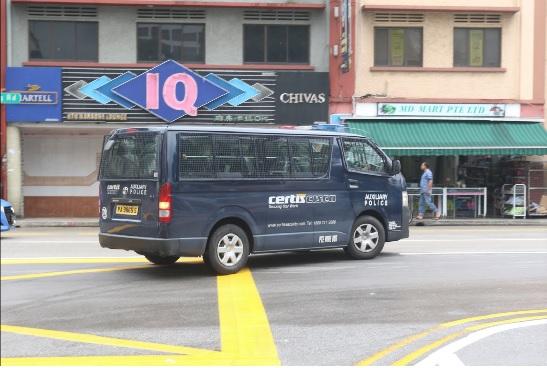 圖為在新加坡芽籠紅燈區街頭行駛的輔警巡邏車。中央社