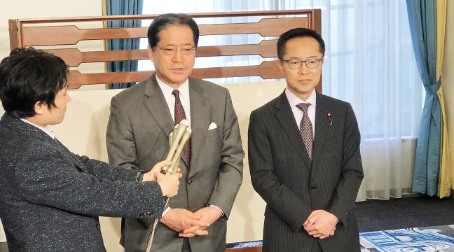 日本「民進黨」幹事長増子輝彦(左)和希望之黨幹事長古川元久(右)接受記者採訪(圖片來源:日本「民進黨」網站)