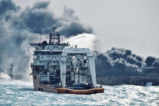在東海相撞8天後,「桑吉」輪昨(14)天中午爆燃,全船沉沒,無人倖存。(圖片來源:AP)