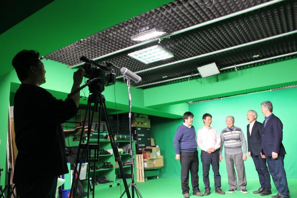 ▲中日台滿文學者專家在攝影棚內錄影,過程笑聲不斷、NG重來,只為留下最好的內容。(照片左起) - 兒倉德和教授、莊聲教授、廣定遠教授、久保