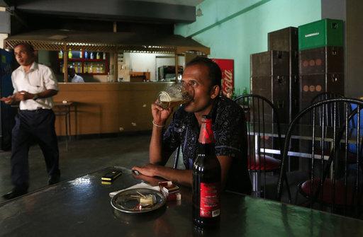 在斯里蘭卡財政部長解除婦女買酒禁令的數天後,斯里蘭卡總統重新頒布這項已實施長達40年的禁令。(圖片來源:AP)