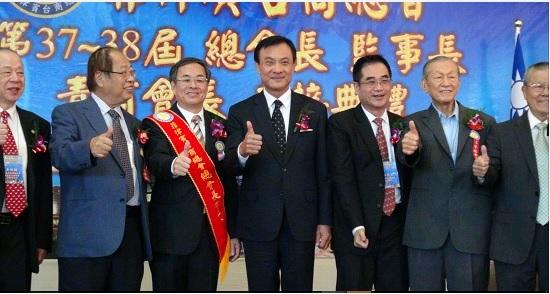 立法院長蘇嘉全(中),14日在馬尼拉出席第37、38屆菲律賓台商總會總會長暨幹部交接活動。中央社