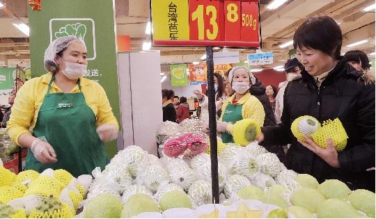圖為中國北京消費者,在沃爾瑪超市,挑選來自台灣屏東農會的水果。中央社