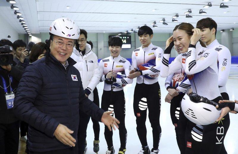 南韓總統文在寅昨(17)日探訪南韓冰上曲棍球的國家代表隊。 (美聯社)