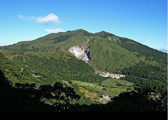 圖為七星山與小油坑 (By peellden,翻攝commons.wikimedia.org)