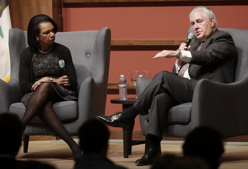 美國前國務卿萊斯(Condoleezza Rice)與提勒森(Rex  Tillerson),17日於史丹佛大學進行會談。 (美聯社)