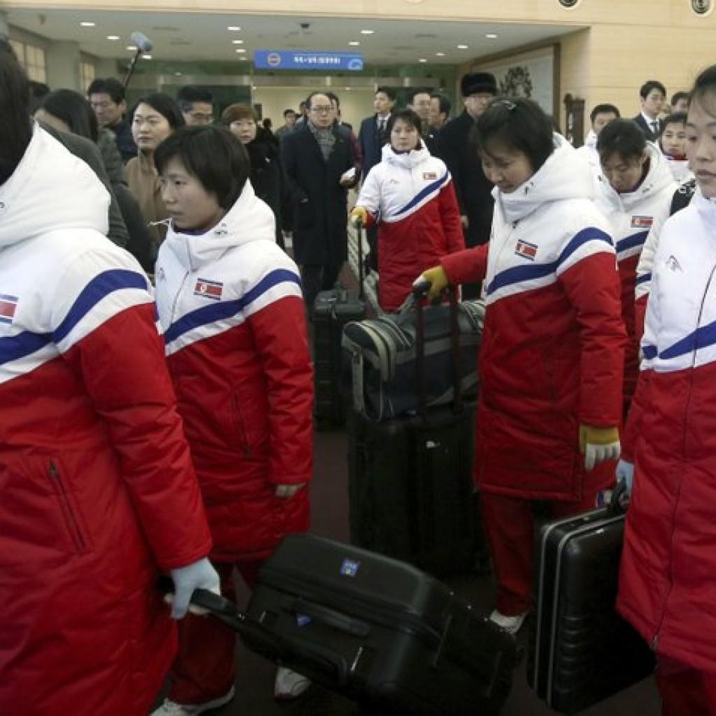 北韓女子冰上棍球隊與隨行人員,抵達南韓,為準備下個月將開幕的平昌冬季奧運。 (美聯社)