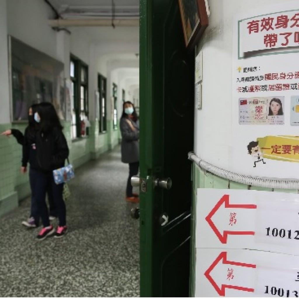 今考場開放,考場各處都可見標示,提醒考生帶「有效身分證件」應試。中央社