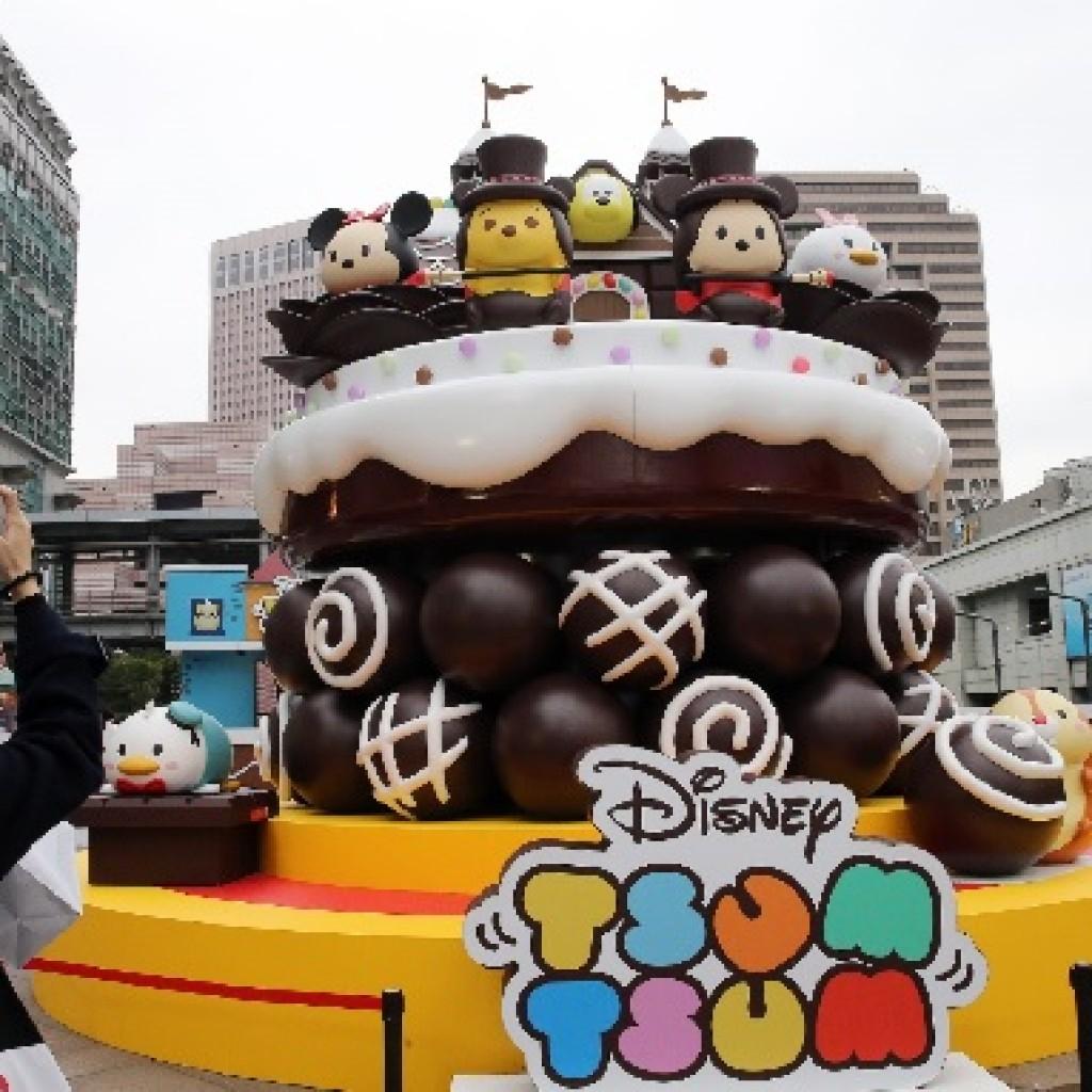 「TSUM TSUM派對嘉年華」25日起在台北101水舞廣場開幕,高達5公尺的超巨型「TSUM TSUM 巧克力屋」可愛吸睛。中央社