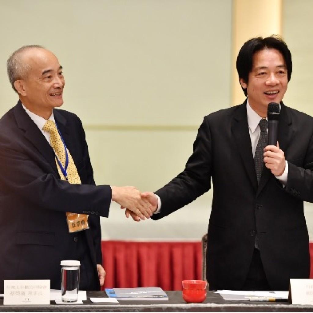 圖為賴清德院長(右)24日下午在台北出席「台灣企業家圓桌會議」,與新任台灣上市櫃公司協會理事長蔡榮 騰(左)握手致意。中央社