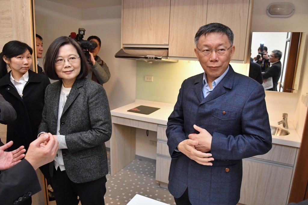 Taipei City Mayor Ko Wen-je (right) with President Tsai Ing-wen Friday.