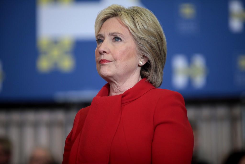 希拉蕊(Hillary Clinton)一直是美國政壇女性主義的代表之一,但近日一份報導指控她坦護陷於性騷擾醜聞的部屬。(圖片來源:Fli