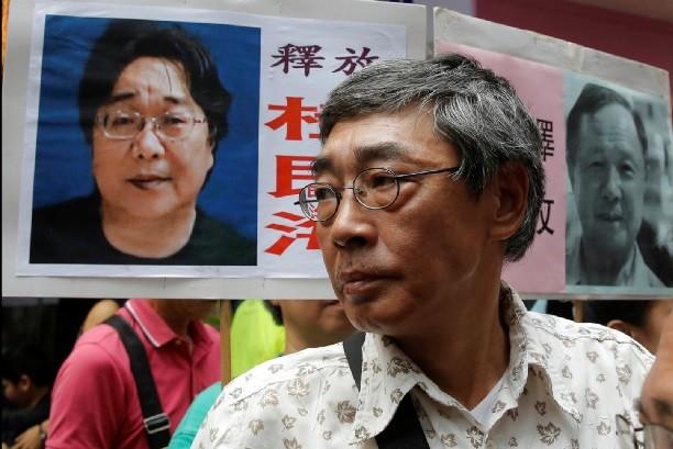 曾和股東桂民海(圖中照片左方)一起經歷2015年「被失蹤」事件的銅鑼灣書店創辦人林榮基,於桂民海再度被捕後,出面聲援。美聯社