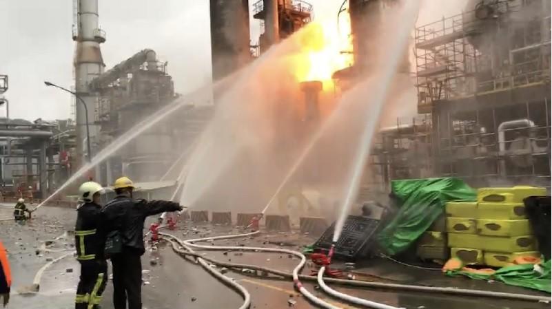 中油桃園煉油廠29日清晨發生氣爆火警,傳出爆炸巨響 ,現場冒出火焰,消防局獲報隨即到場搶救。中央社