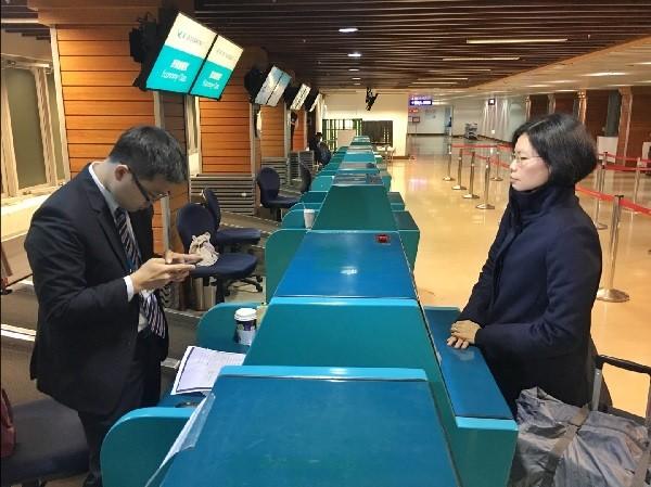 李明哲的妻子李凈瑜(右)30日上午前往桃園機場,欲搭機到中國,遭廈門航空以未持有效證件為由拒絕。中央社