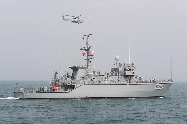 海軍31日在左營港口由三型水雷反制艦以及S-70C直升機操演海上布雷、機械掃雷及偵、獵雷,展現海軍水雷作戰能力。