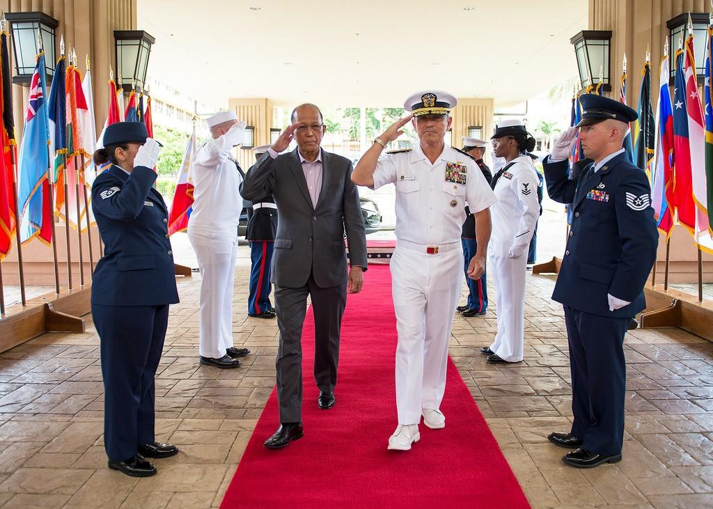 菲律賓國防部長羅倫沙納(前左二)。 (翻攝 Flickr)